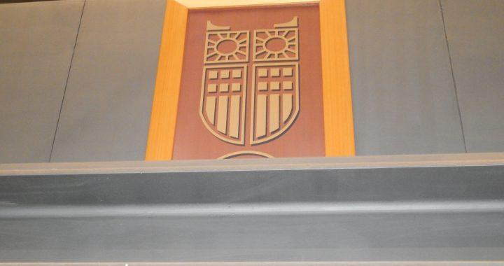 Στη φωτογραφία εικονίζεται κάδρο με το λογότυπο του Παντείου Πανεπιστήμιου